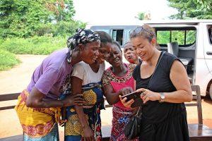 Moment de partage avec des villageoises au Bénin