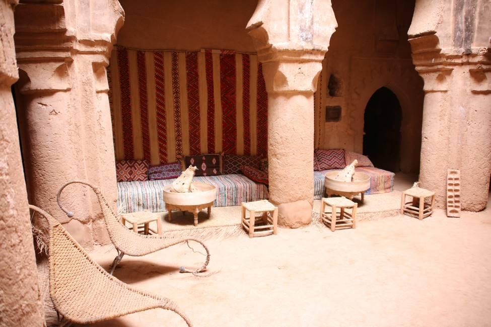 Intérieur d'une ancienne kasbah en pisé au Maroc