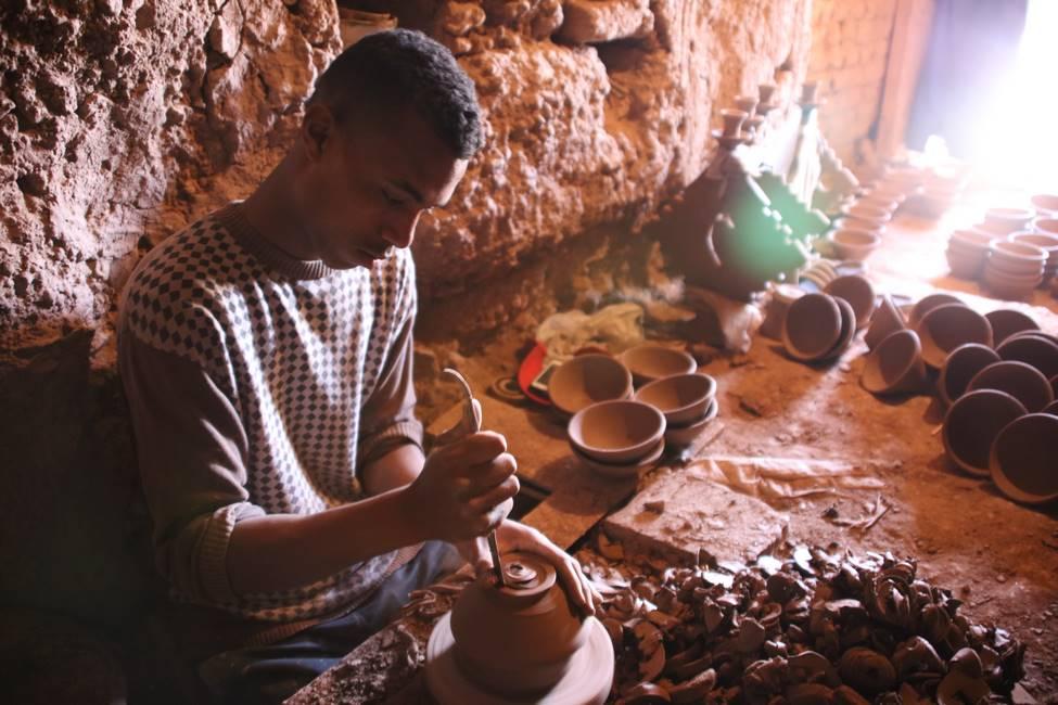 Potier traditionnel dans le village de Tamgroute dans le sud du Maroc