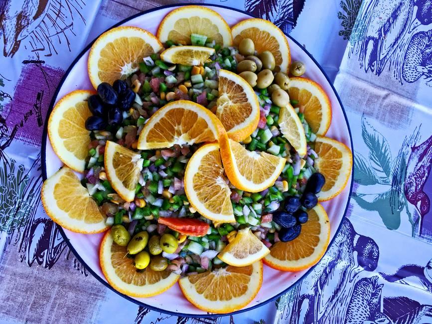 Salade marocaine avec des olives, des oranges, du poivron, des oigons