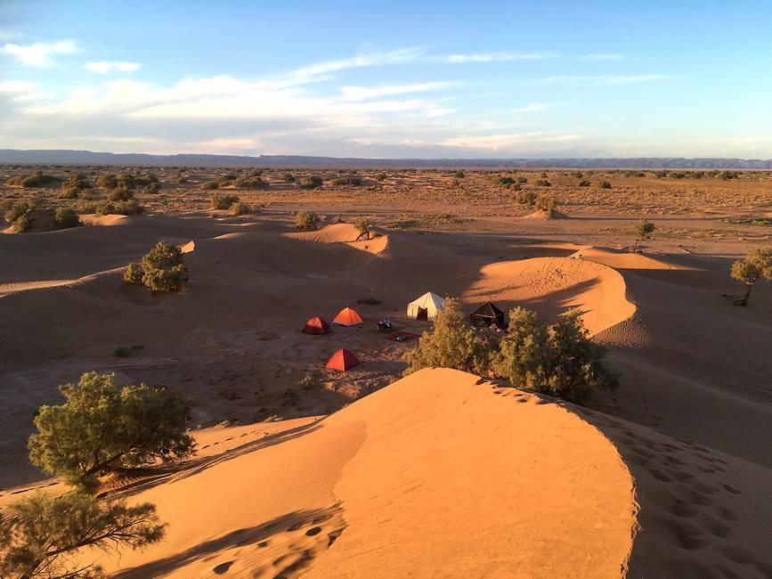 Bivouac dans les dunes du sahara proche de M'Hamid au Maroc