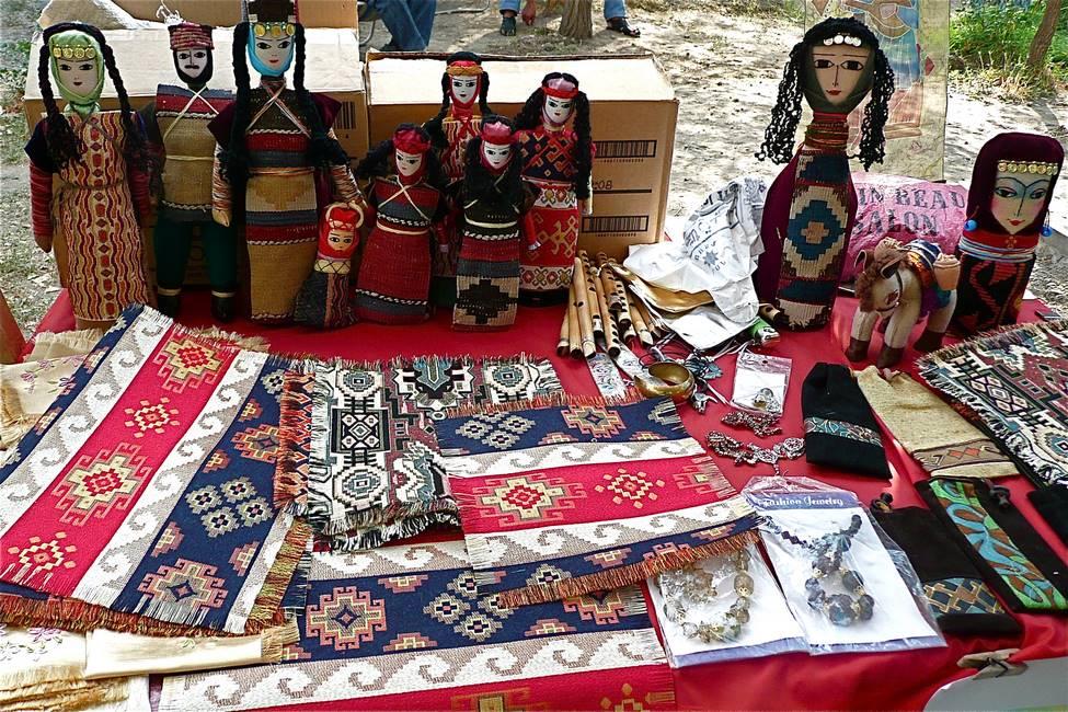 Poupées fait main et tissus brodés de l'artisanat arménien
