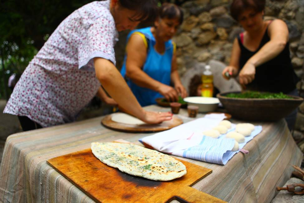 Femmes confectionnant le pain traditionnel arménien appelé lavash