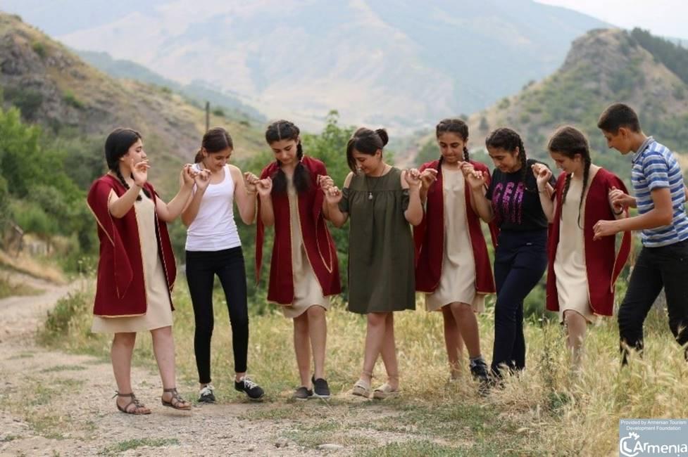 Groupe de jeune du village de Getik en Arménie dansant une danse folklorique