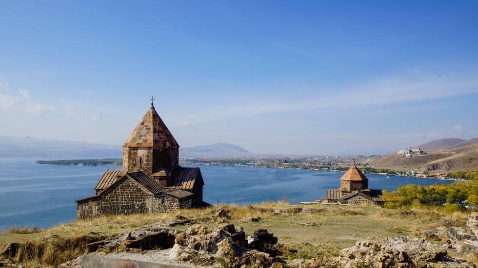 Eglise et paysage du lac Sévan en Arménie