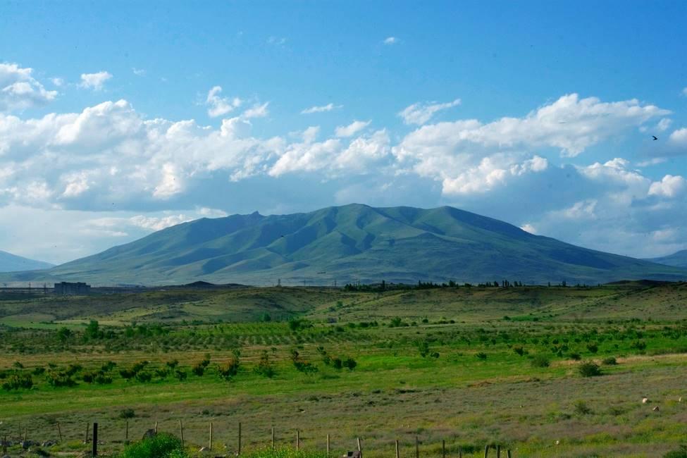 Paysage nature de prairies vertes et des hautes terres et montagne en Arménie