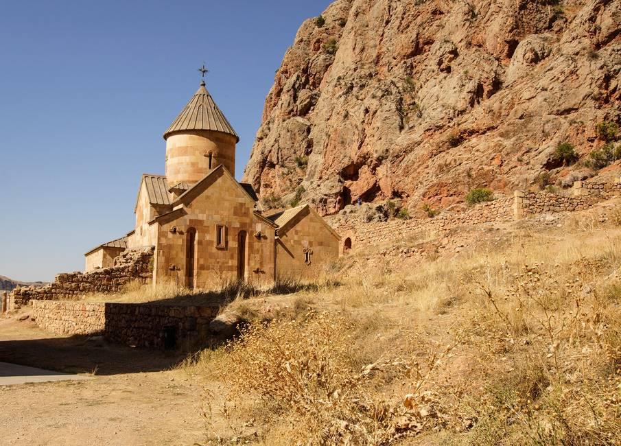 Monastère de Novarank de la couleur des rochers d'une falaise en Arménie