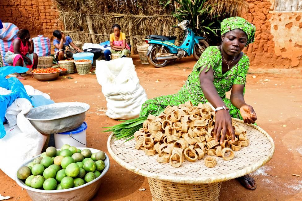 Femme vendant des gateaux sur un marché au Togo
