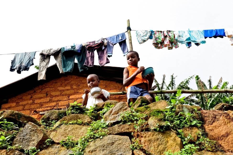 Des enfants qui mangent dans un village du mont Agou proche de Kpalimé au Togo