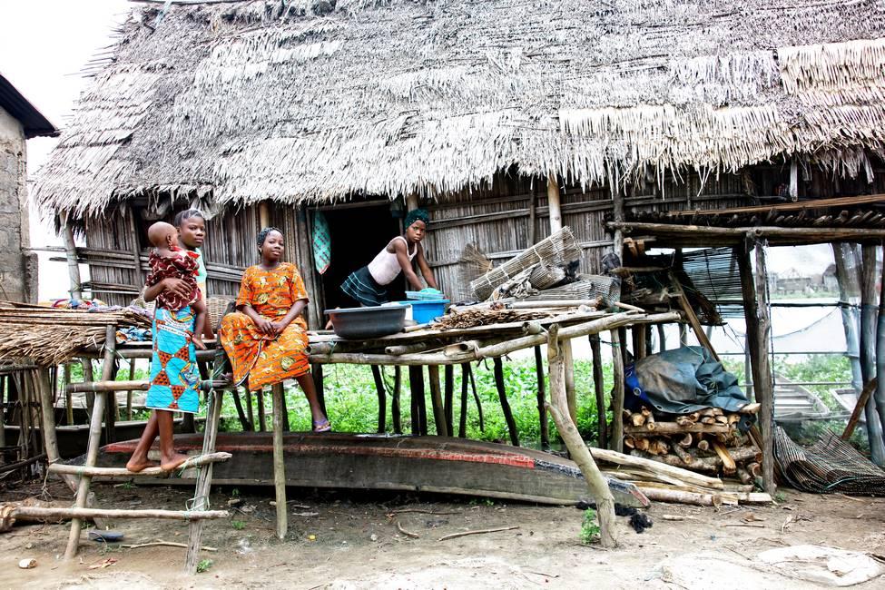 Des enfants devant une maison typique dans un village au Togo