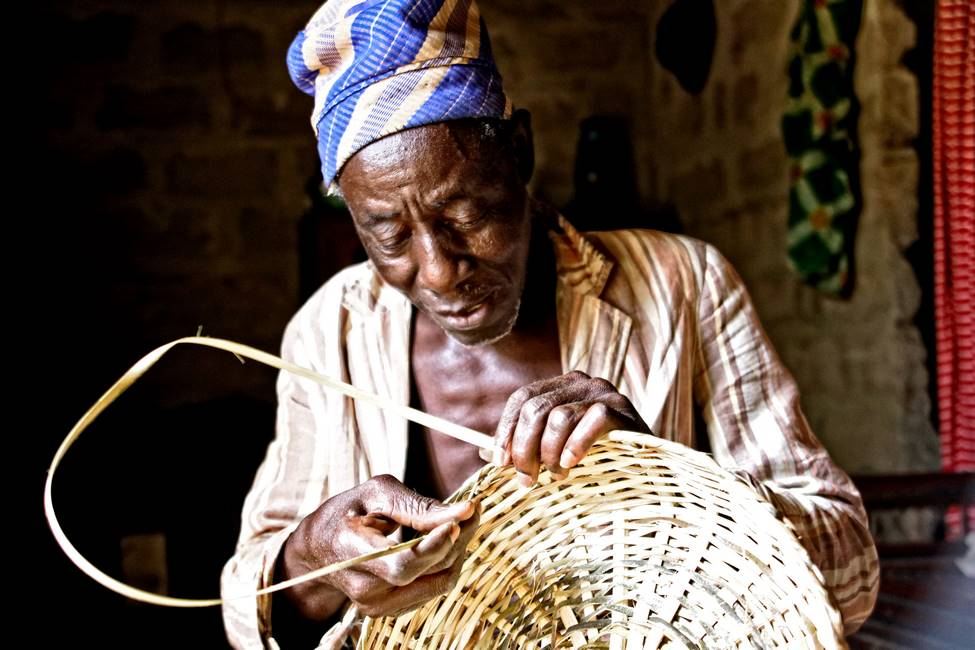 Artisan vannier en train de travailler dans un village au Togo