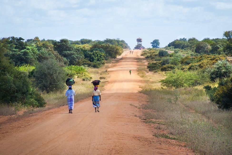 Femmes qui marche sur une route au Cameroun