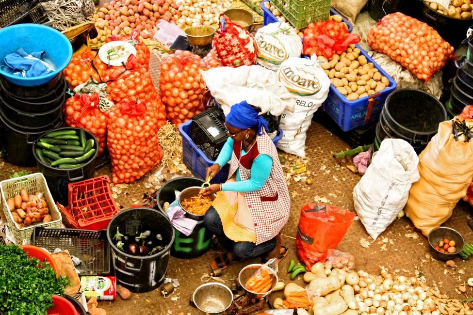 Vendeuse de légumes sur le marché d'Assomada sur l'île de Santiago au Cap-Vert