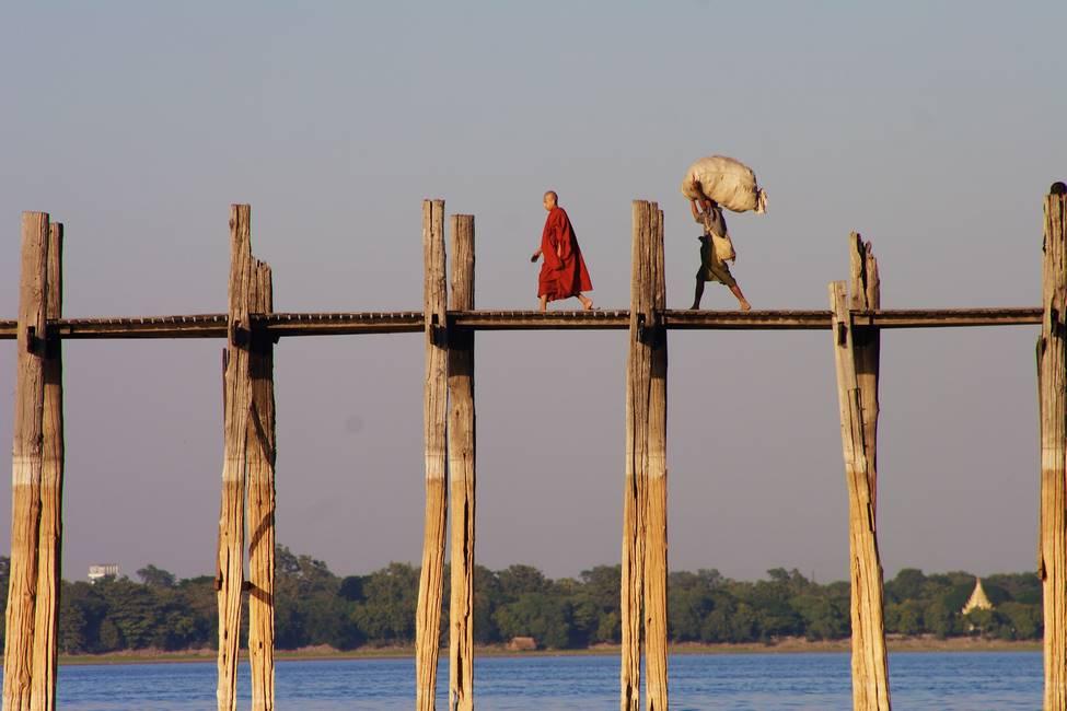 Moine marchant sur le pont U Bein en Birmanie