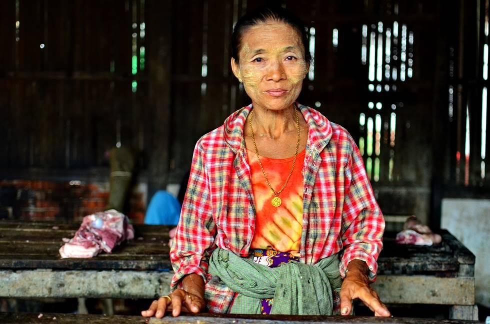 femme avec le visage peint avec du thanaka en Birmanie