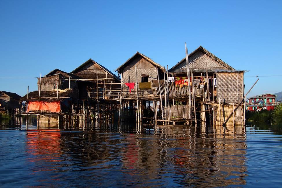 Maison en bambou sur pilotis au bord du lac Inlé en Birmanie