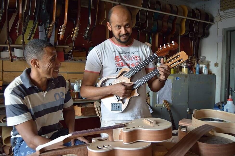 Artisan luthier sur l'île de Sao Vicente au Cap-Vert