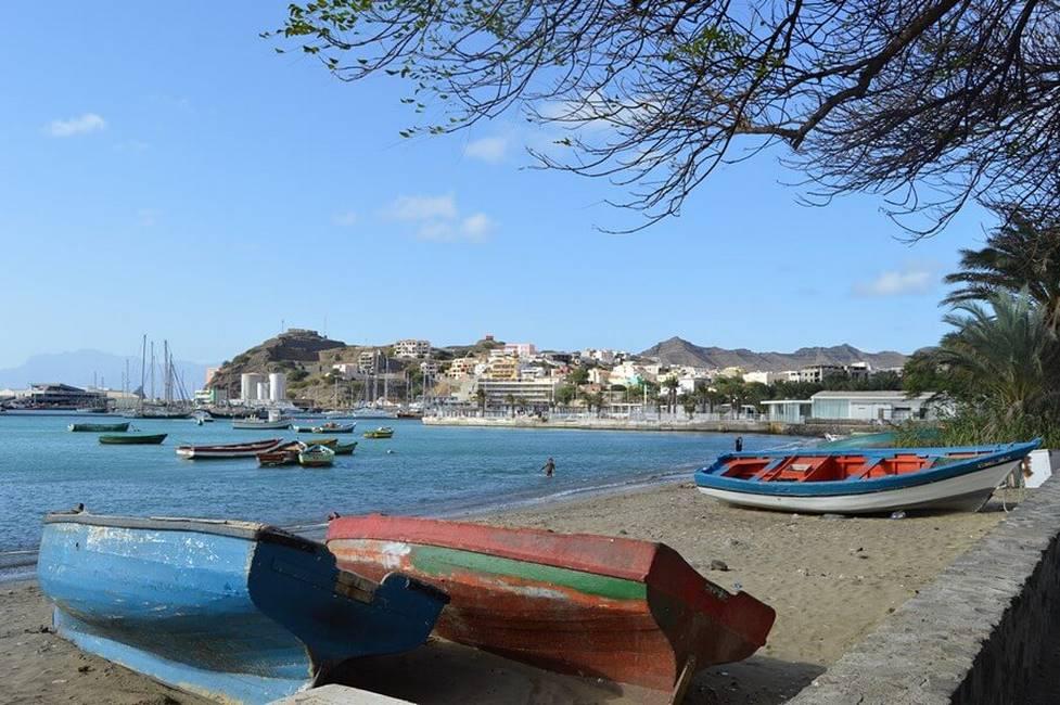 Bateaux de pêche sur le port de Mindelosur l'île de Sao Vicente au Cap-Vert