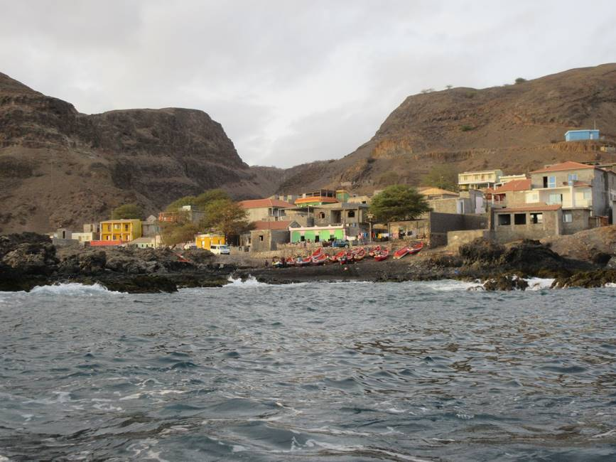 Village de Porto Mosquito sur l'île de Santiago au Cap-Vert vu depuis la mer