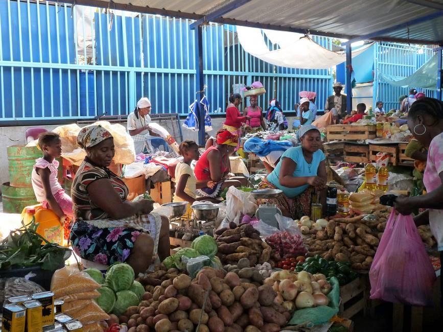 Vendeuxe dans le marché de Praïa sur l'île de Santiago au Cap-Vert