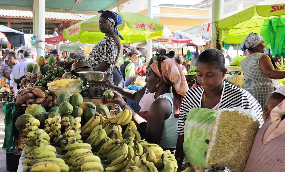 Vendeuse de bananes sur le marché de Praïa sur l'île de Santiago au Cap-Vert