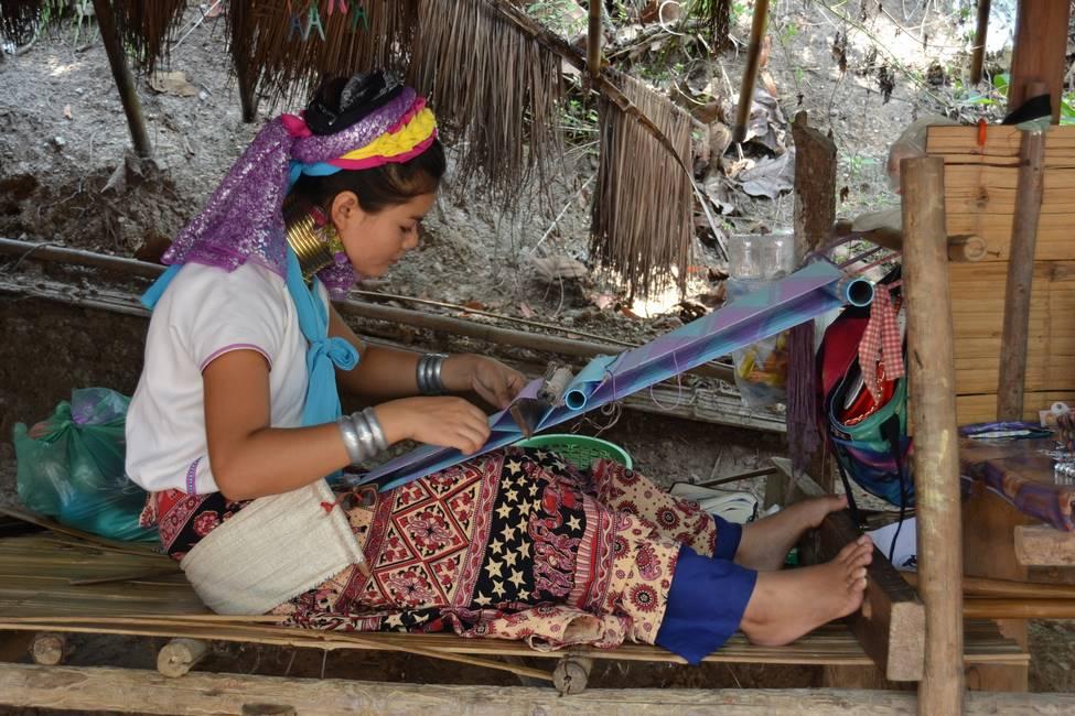 Femme girafe sur son métier à tisser en Birmanie