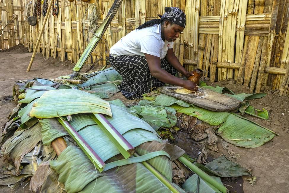 Ethiopienne préparant la pate fermentée de faux bananiers