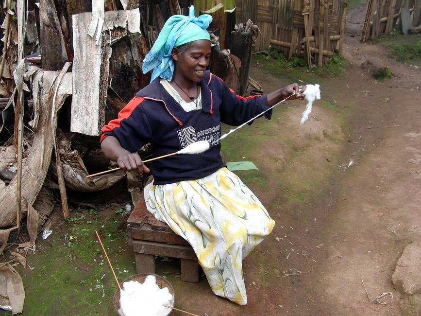 Femme de l'ethnie Dorze filant le coton