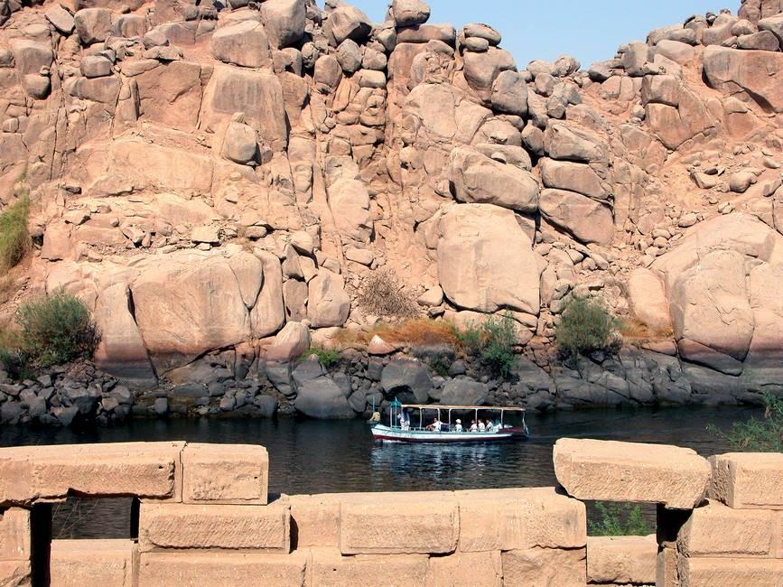 Bateau longeant les rives du Nil près d'Assouan