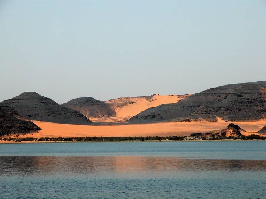 Désert nubien vu depuis le lac Nasser au sud de l'Egypte