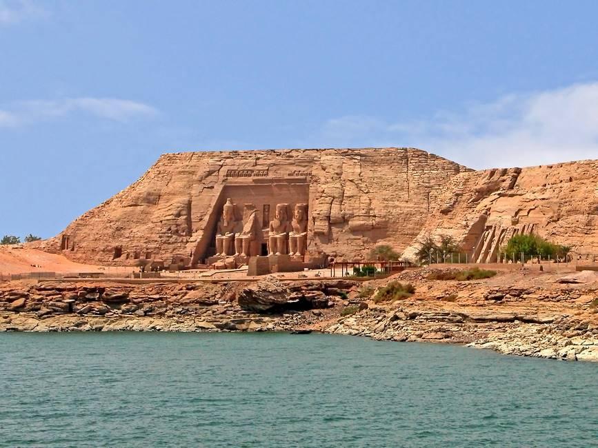 Temple d'Abou Simbel vu depuis le lac Nasser au sud de l'Egypte