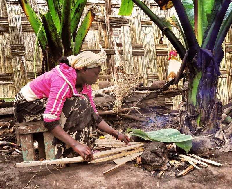 Ethipienne préparant la cuisine au feu de bois