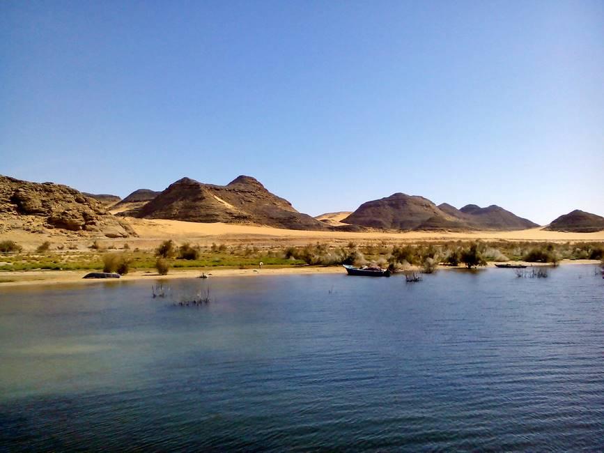 Désert de Nubie vu depuis un bateau lors d'une croisière sur le lac Nasser dans le sud de l'Egypte