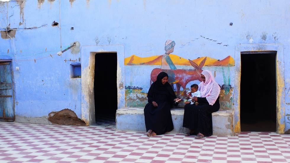 Nubiens devant leur maison à Assouan dans le sud de l'Egypte