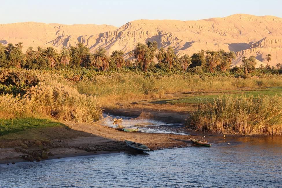 Le désert vu depuis le Nil près d'Assouan dans le sud de l'Egypte