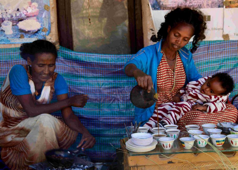 Ethiopienne préparant la cérémonie du café dans la région de Jimma