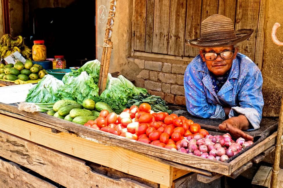 Marchand de légumes sur le marché d'Ambatolampy à Madagascar