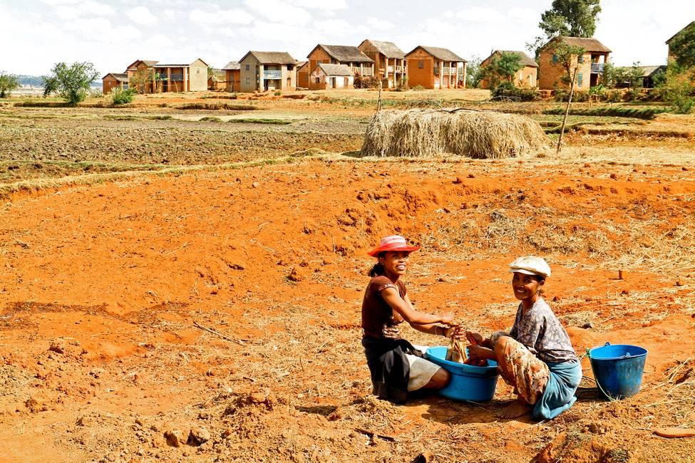 Malgaches lavant leur linge dans un village à Madagascar