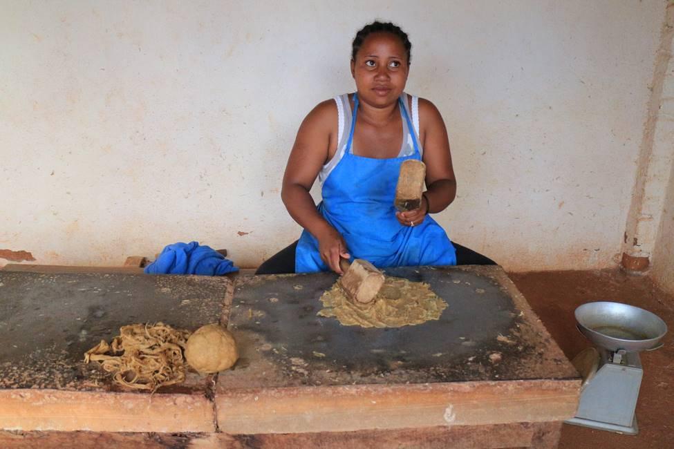 Artisane fabriquant de la pâte de papier Antemoro à Ambalavao au centre de Madagascar