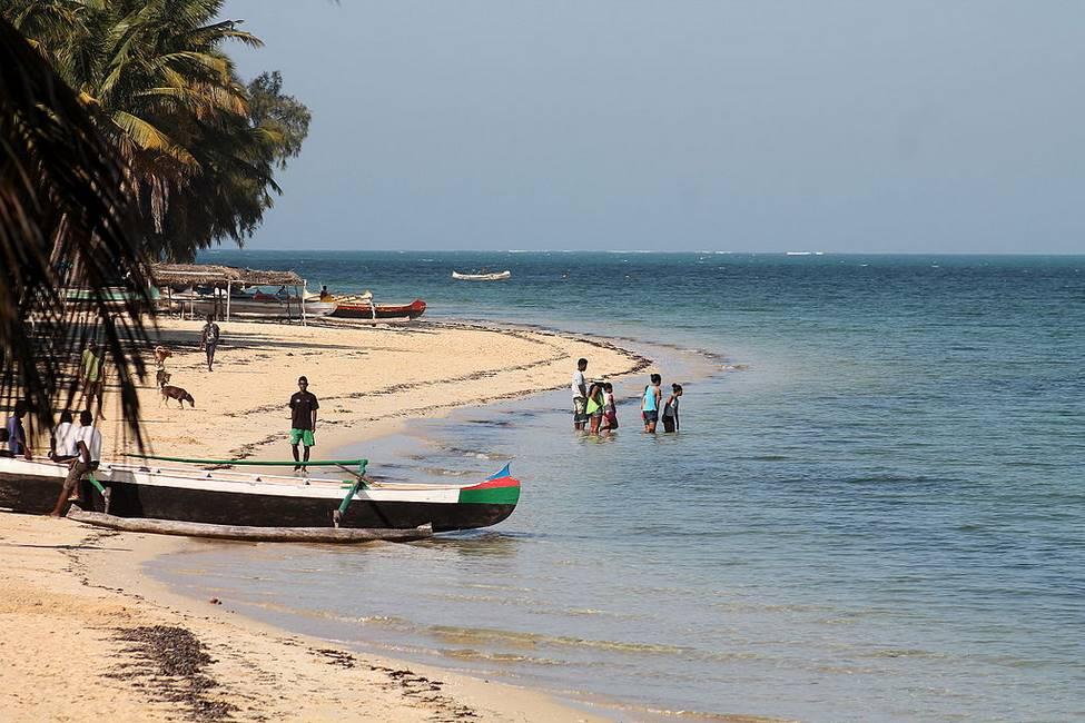 Bateau de pêcheur sur la plage de Mangily à Madagascar