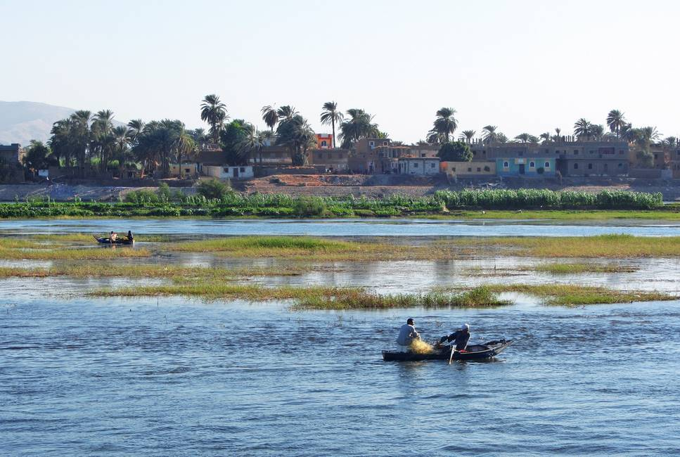 Bateau de pêcheur sur le Nil à proximité d'Assouan en Egypte