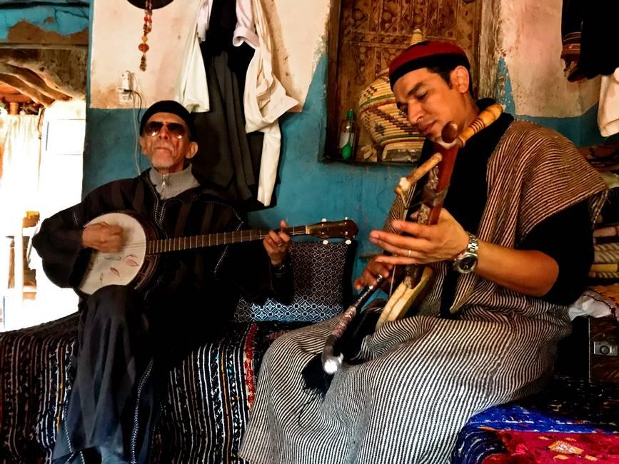 Marocain jouant des instruments traditionnel