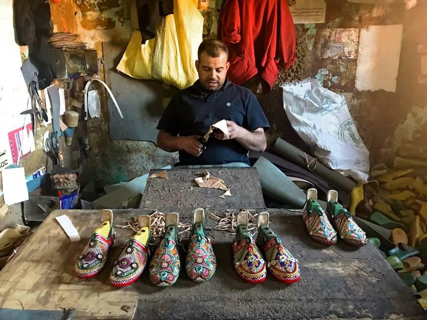 Artisan fabricant des babouches à Tarfraoute au Maroc