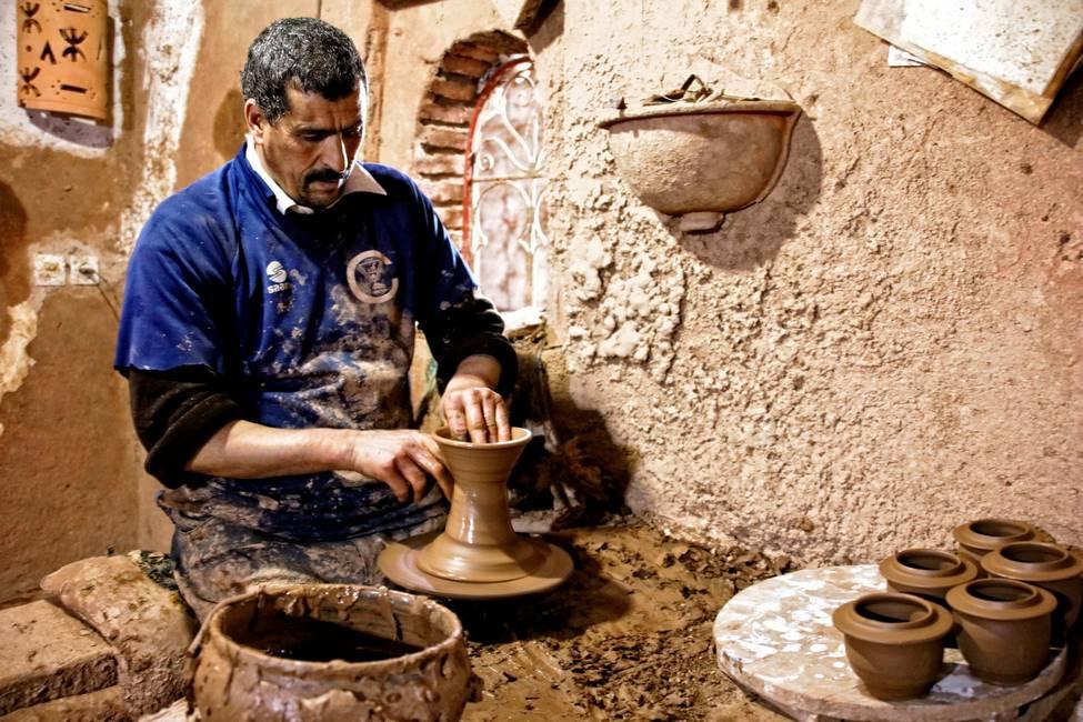 Potier dans son atelier dans la vallée de l'Ourika au Maroc
