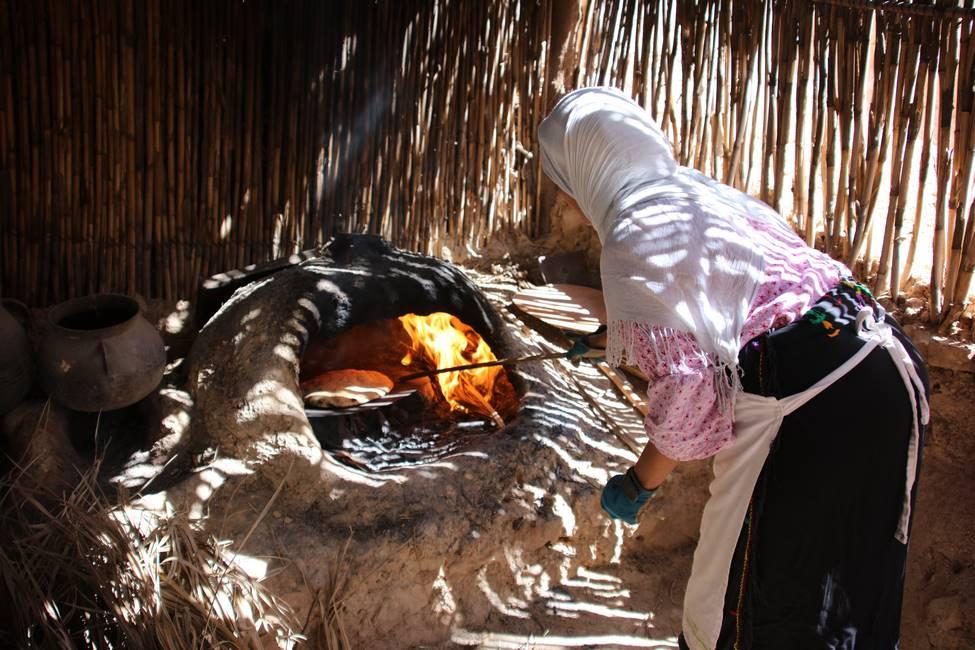 Marocaine faisant cuire son pays dans un four traditionnel