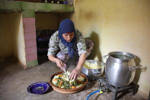 Marocaine préparant un couscous dans la vallée du Ziz au Maroc