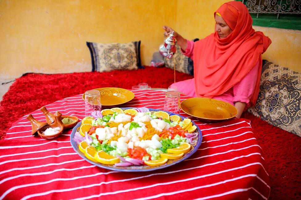 FEmme servant le thé à la menthe au Maroc traditionnel