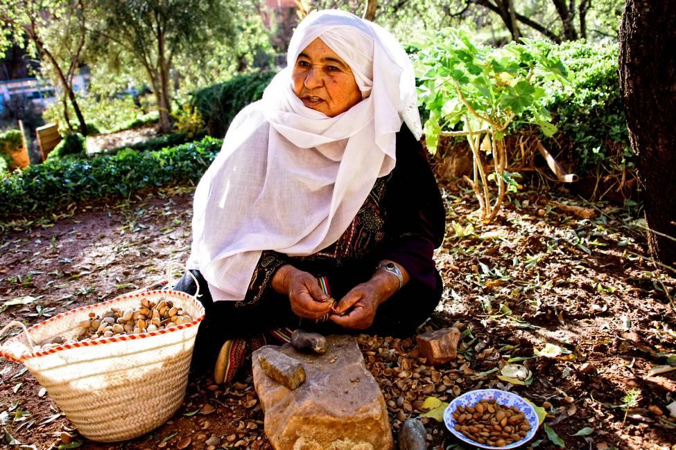 Berbère qui casse les noix d'argan à Tafraoute au Maroc