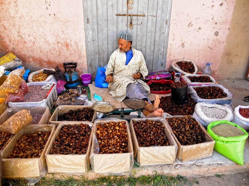 Marchand de dattes dans un souk de montagne de l'anti-Atlas au Maroc