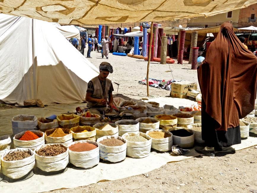 Vendeur d'épices sur le souk de Taliouine dans l'anti-Atlas au Maroc